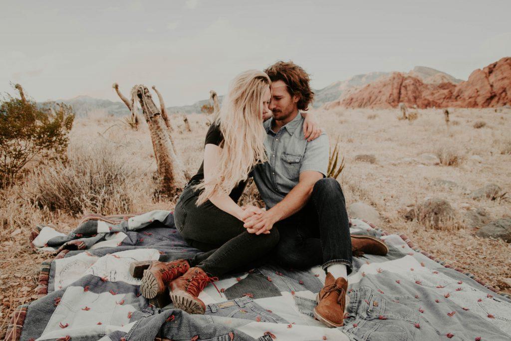 Date Tipps: Paar eng umschlungen am Strand