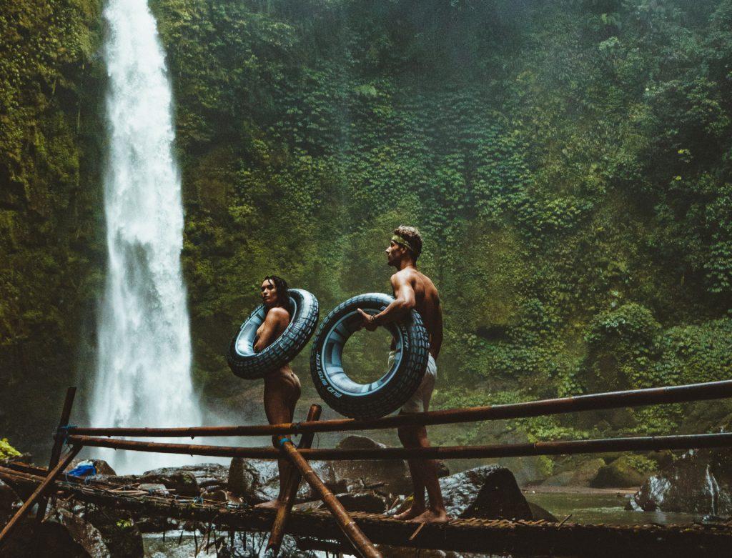 Date Ideen draußen: Paar Brücke Wasserfall Natur