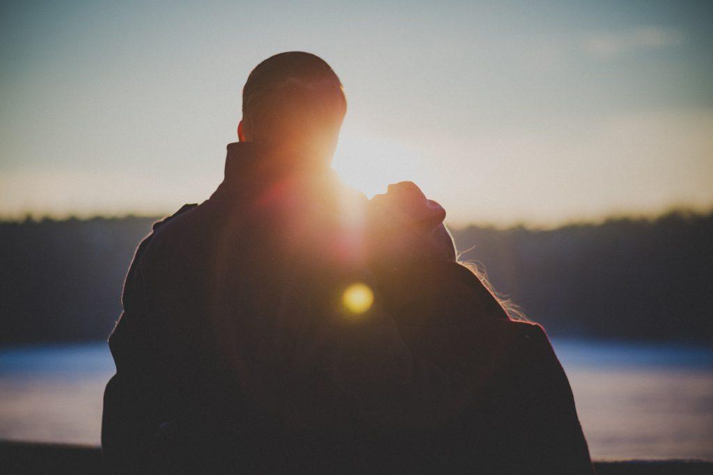 Date Ideen Winter - Paar draußen Sonnenuntergang