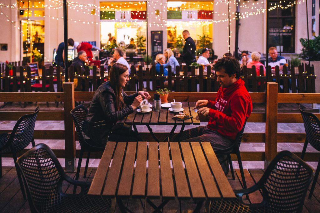 Gesprächsthemen Date: Paar sitzt in Café
